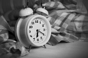 Wenn es an schlaf mangelt wird der Wecker zum Feind. Die Gründe dafür können vielfältig sein. Bildquelle: pixabay.de