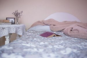 Stress kann den Schlaf erheblich stören. Versuchen Sie doch zum Runterkommen jeden Abend vor dem Schlafen ein paar Seiten zu lesen. Quell: pixabay.de