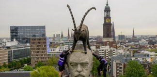 Industriekletterer befestigen eine Installation auf der höchsten Bismarck-Statue weltweit. Quelle: Ste