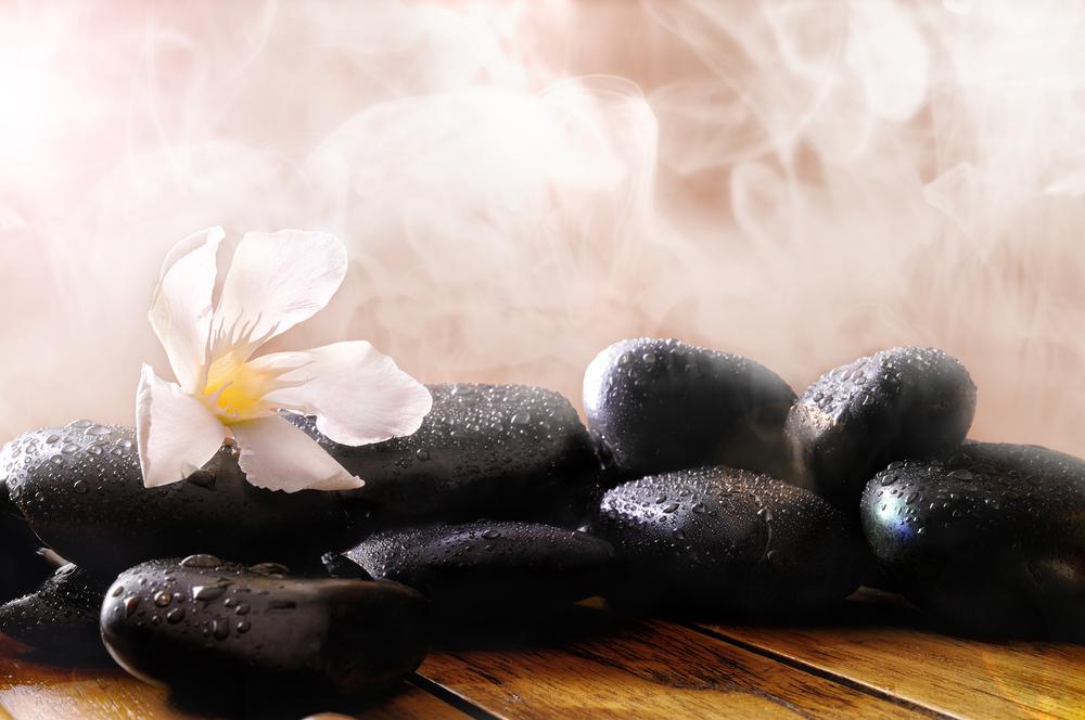 Mit Aufgüssen steigern Sie noch einmal das Schwitzen während eines Saunabesuches. Bildquelle: shutterstock.com