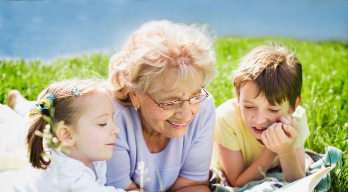 Für das Enkelkind soll es nur das Beste sein. Quelle: Shutterstock.com