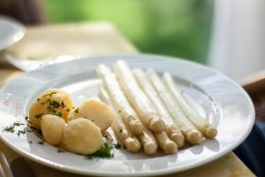 Klassisch mit Kartoffeln oder etwas ausgefallener, Spargel kann vielfältig Zubereitet werden. Quelle: pixabay.de