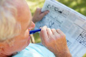 Kreuzworträtsel und Co. helfen, dass Gedächtnis zu trainieren. Quelle: Shutterstock.com