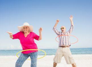 Der Hula Hoop Reifen – Spaß für jung und alt. Quelle: Shutterstock.com