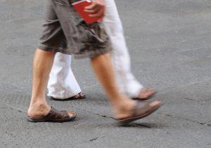 Offene Schuhe im Sommer sind nicht nur was für die Damen. Quelle: Shutterstock.com