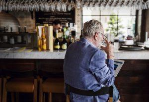 Wie viel ist zu viel? Mit steigendem Alter bekommt der Körper Schwierigkeiten Alkohol abzubauen. Quelle: Shutterstock.com