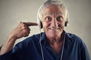 Entspannen Sie doch auch ganz einfach mal mit Musik, auch das ist eine Form von Selbstfürsorge. Bildquelle: © Shutterstock.com