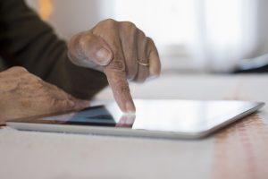Viele Funktionen wie z. B. das Onlinebanking lassen sich ganz wunderbar am Tablet erledigen. Bildquelle: © Shutterstock.com