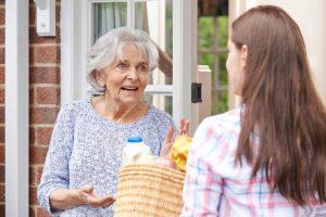 Eine gute Nachbarschaft, die gegenseitig ein Auge auf die Wohnung oder Haus wirft ist die halbe Miete. Bildquelle: © Shutterstock.com