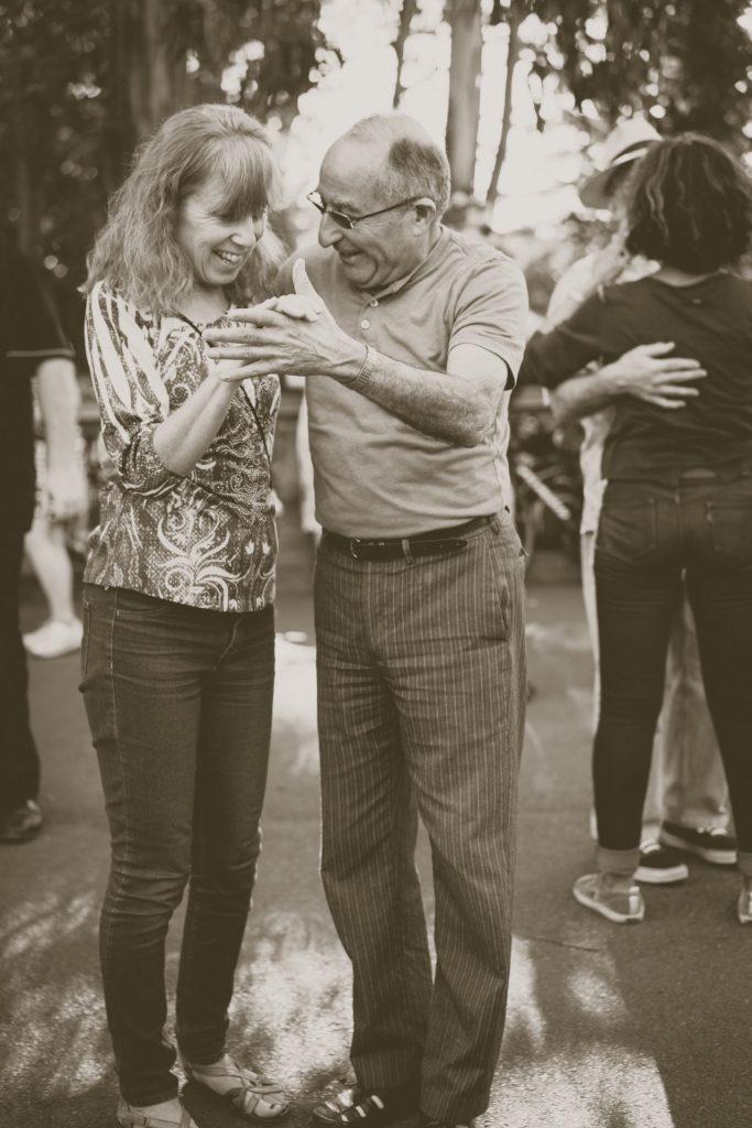 Tanzen verbindet Menschen und trainiert darüber hinaus unsere grauen Zellen. Bildquelle: © John Moeses Bauan / Unsplash.com