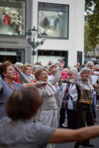 Beim Seniorenflashmob wurde getanzt bis die Polizei kommt. Quelle: Bine Bellmann