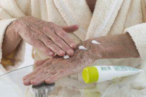 Reife Haut: Besonders die Hände brauchen besonders Pflege. Quelle: Shutterstock.com