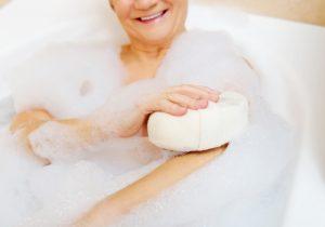 Rückfettende Substanzen in Seifen, Ölbädern und ölhaltigen Duschgelen pflegen reife Haut. Quelle: Shutterstock.com