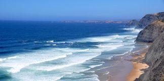 An der Algarve findet man schroffe Steilküsten und sanfte Sandstrände zugleich. - Pixabay.de