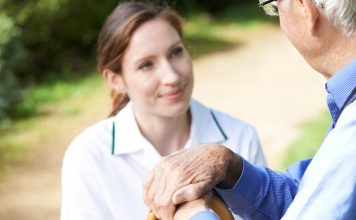 Seniorenbetreuung: Wie schön es doch ist, zuhause alt zu werden. Quelle: Shutterstock.com