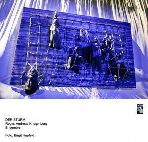 """Schon die erste Szene von Andreas Kriegenburgs Neuaufführung von """"Der Sturm"""" nach Shakespeare überzeugt. Quelle: Birgit Hupfeld / Schauspiel Frankfurt"""