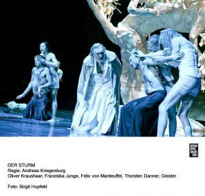 Kurz vor Ende des Stückes entfesselt sich noch einmal bildhaft die Gewalt. Quelle: Birgit Hupfeld / Schauspiel Frankfurt