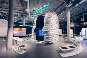 Ein riesiger menschlicher Kopf steht im Zentrum der interaktiven Ausstellung EY ALTER. Quelle: ©Daimler AG/Universum Bremen ®