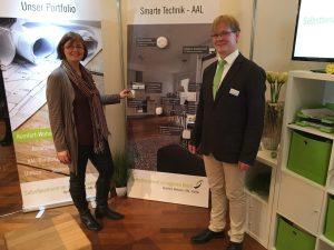 Sabine von Waasen und Guido Kroll von der SieH GmbH führen technische Assistenzsysteme vor. Quelle: SieH GmbH