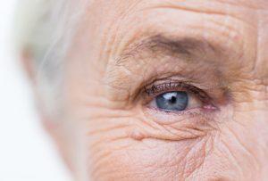 Neues Jahr und wacher Blick - verwöhnen Sie sich und ihre Haut mit reichlich Flüssigkeit. Quelle: Shutterstock.com