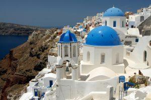 Auf der Kykladen-Insel Santorin findet man die typischen weißen Bauten mit blauen Elementen. - Pixabay.com