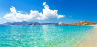 Auf den Kykladen findet man türkises Wasser und zauberhafte Strändkulissen, wie hier am Naxos Paradise Beach. - Shutterstock.com