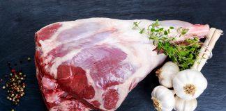 Unser Rezeptvorschlag für Sie - Lammkeule auf Gemüse! Quelle: Shutterstock.com