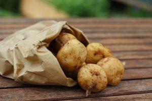 Vor allem mit frischen jungen Kartoffeln schmecjt das gericht besonders gut. Quelle: Pixabay.de