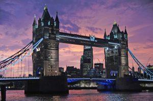 Die bekannte Tower Bridge bei Nacht.- Pixabay.de