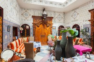 Der Riad ist ein traditionelles Haus in Marrakesch mit angeschlossenem Garten. - saiko3P/Shutterstock.com