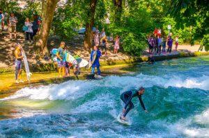 Surfen auf der Isar in München - pavel dukek/Shutterstock.com