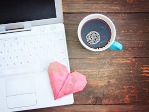 Die Online-Partnersuche ist auch bei den älteren Semestern durchaus beliebt. Quelle: Shutterstock.com