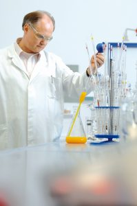 Dr. Ralf-Siegbert Hauck bei der Arbeit. Quelle: Orthomol Mental ®
