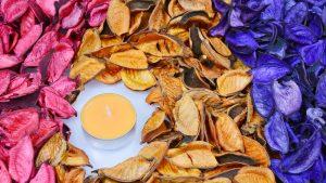 Mit Duftkerzen holen Sie sich die Aromen des Herbstes nach Hause.