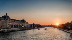 Mit einer Fahrt über die Seine lernen Sie Paris von einer anderen Seite kennen. Quelle: Pixabay.com