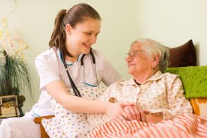 Die Pflegebedürftigkeit ermittelt sich nicht mehr aus einem in Minuten gemessenen Hilfebedarf. Quelle: Shutterstock.com