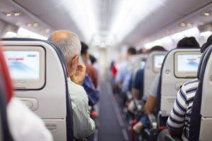 Reisen mit dem Flugzeug ist für Manchen aufgrund der Enge beschwerlich. Quelle: Shutterstock.com