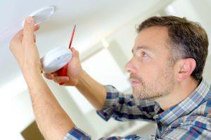 Rauchmelder sind leicht zu montieren. Quelle: Shutterstock.com