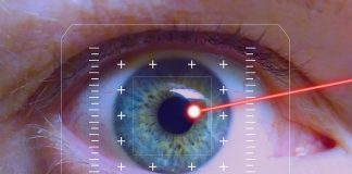 Im Alter lässt die Sehfähigkeit nach. Lasern kann helfen. Shutterstock.com