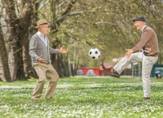 Gemeinsam Fussball spielen, Rad fahren oder eine Ausstellung besuchen. Begegnungen heißt das neue Format bei 59plus. Bildquelle: shutterstock.com