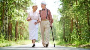 Regelmäßige Spaziergänge an der frischen Luft sind eine wunderbare Entlastung für den Rücken. Bildquelle: shutterstock.com