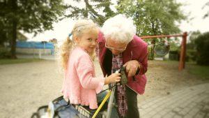 Die Musik soll helfen eine Verbindung der Senioren und Kindergartenkinder zu schaffen. Quelle: Jörg Plechinger