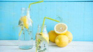 Wem normales Wasser zu langweilig ist, kann es sich ganz leicht schmackhaft machen. Bildquelle: shutterstock.com