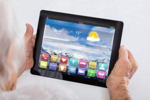 Tablets und Smartphones ermöglichen z. B. bei einer eingschränkten Mobilität dennoch weiter am gesellschaftlichen Leben teilzunehmen. Bildquelle: Shutterstock.com