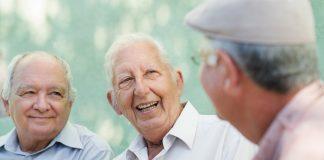 Lachen ist und bleibt die beste Medizin, auch für Menschen mit Demenz. Bildquelle: shutterstock.com