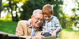 """Wenn es nicht die eigenen Enkel sind, freuen sich die Kinder anderer Familien bestimmt über einen """"Leihopa"""" oder eine """"Leihoma"""" aus der Nachbarschaft. Quelle: Shutterstock.com"""
