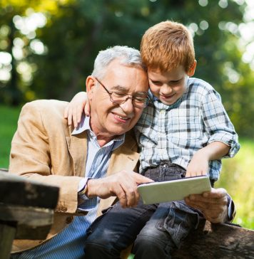 Mit dem Enkel Ratespiele spielen, macht nicht nur riesig viel Spaß, sondern fördert auch die Konzentrationsfähigkeit. Bildquelle: Shutterstock.com