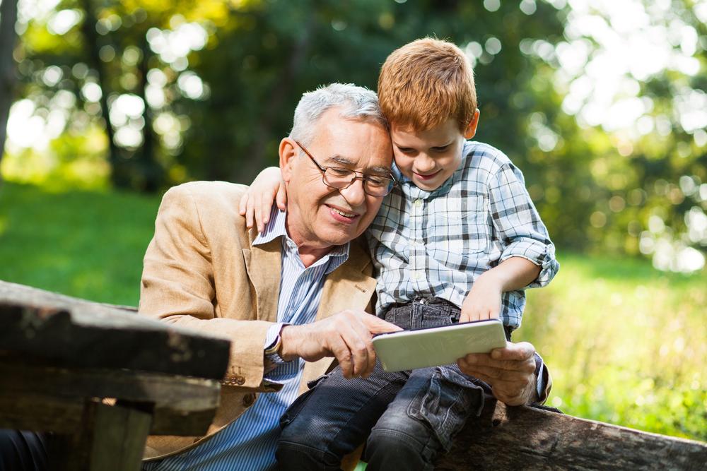 Opa sein macht Spaß und hält zudem auch noch körperlich und geistig fit. Bildquelle: © Shutterstock.com