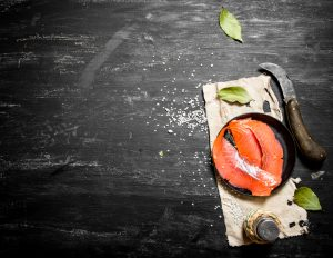 """Rezept: """"Lachs-Strudel-Stangen mit Meerrettich Creme"""". Bildquelle: Shutterstock.com"""