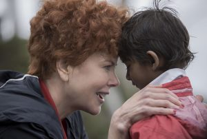 LION DER LANGE WEG NACH HAUSE. Adoptivmutter Sue (Nicole Kidman) nähert sich Saroo (jung, Sunny Pawar) an. Quelle: © 2012 UNIVERSUM FILM GMBH